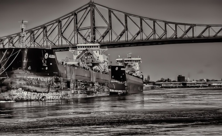 Boats underneath the Jacques Cartier bridge