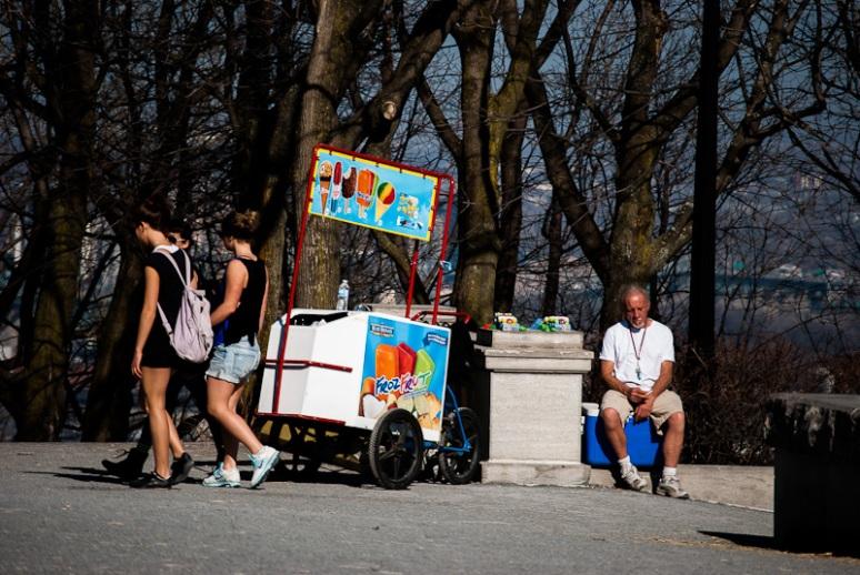 Ice cream seller at the Kondiaronk belvedere on Mount Royal
