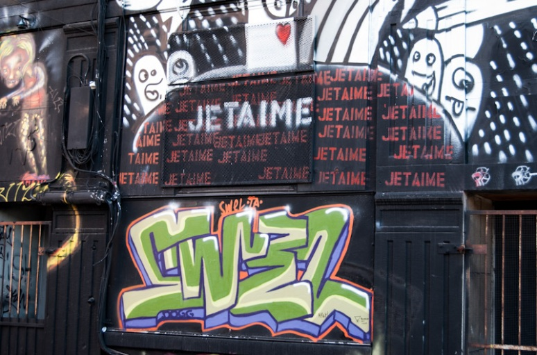 Graffiti on rue de Bullion
