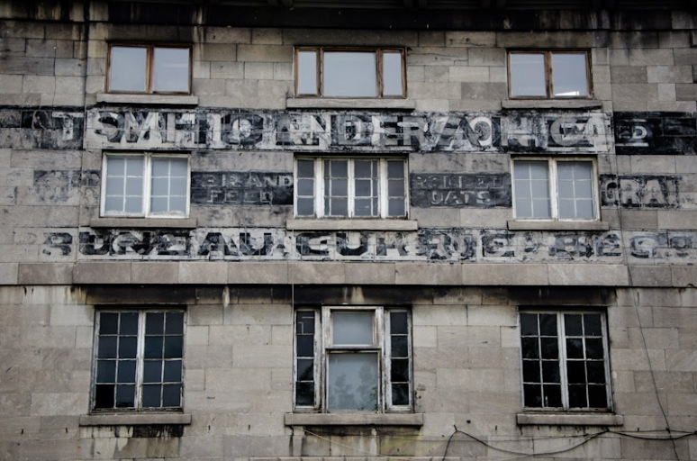 Old Business sign on rue de la Commune